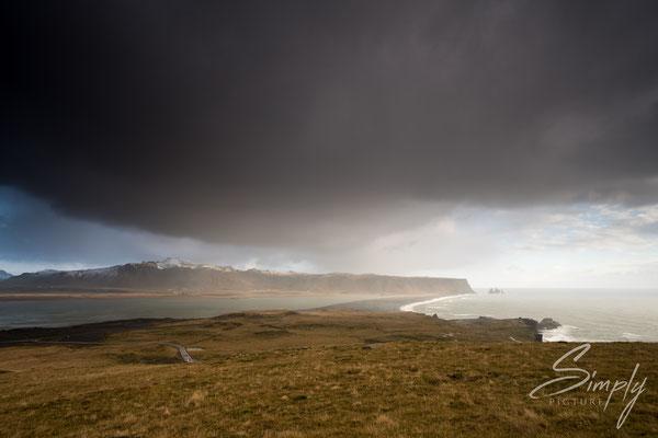 Gewitterstimmung am Strand bei mDyrhólaey Leuchtturm.