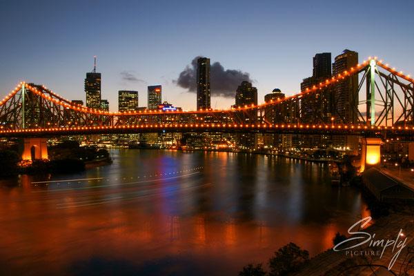 Queensland, Brisbane, Wilson Outlook Reserve, beleuchtete Brücke über den Fluss in der Stadt mit der Skyline im Hintergrung