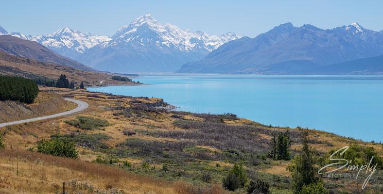 Mount Cook, Blick über den milchig-blauen See zu dem höchsten Berg Neuseelands