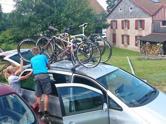 Beladen der Autos für die Heimreise