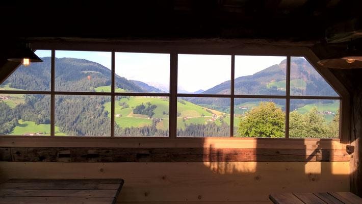 Das große Fenster ist auf die Talseite ausgerichtet.