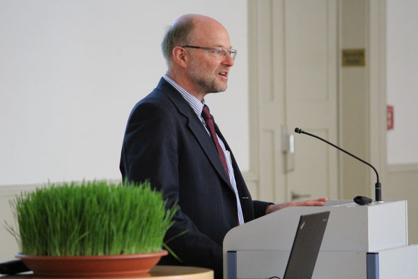 Prof. Dr. Hans-Werner Huneke begrüßt die Gäste des Nawruz-Festes in Heidelberg