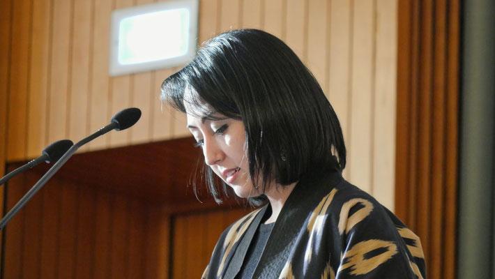 Gulrukh Rakhimova beim Moderieren