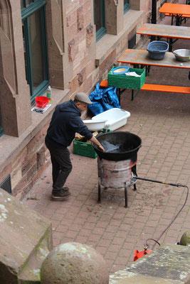 Der Koch bereitet den beliebten usbekischen Plow zu