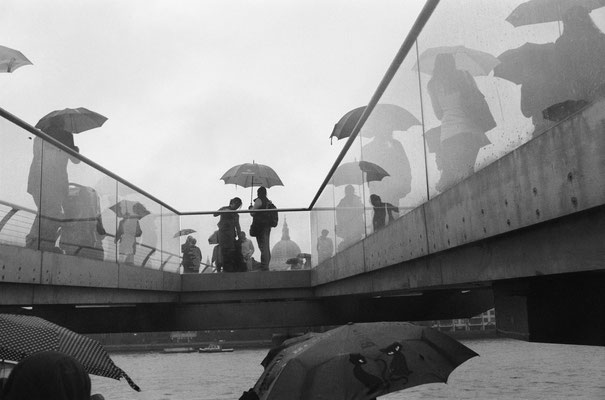 Millenium bridge sous la pluie, London (England) 2010 - series of 25