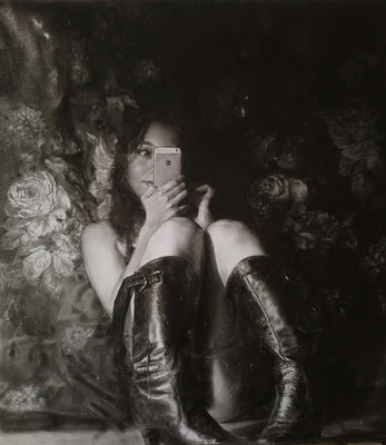 Zoyla Segovia S. - Selfie entre rosas - lápiz y carbón sobre papel - 66x59