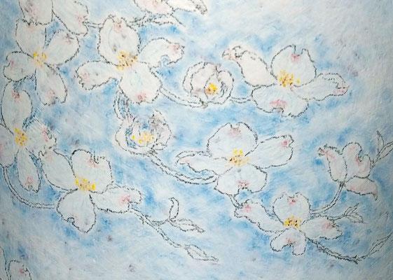 チョーク描壷「花水木と青い鳥」 (2021.9.14) (c) Yukie Arai