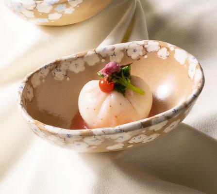 ~  料理と陶芸と写真の*コラボ企画*  ~  先附 カリフラワー豆腐  いちご酢掛け   (2021.6.7) (c) Yukie Arai