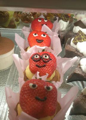 ~  イチゴの季節  ~   どの子にしようか...♪   (2019.4.12) (c) Yukie Arai