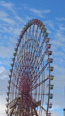 我が町のシンボル的存在「イーゴス108」。1度乗ってみたかった虹色の大観覧車…☆ 運転休止から12年。ついに今月から解体が始まってしまう。。 「たまーに動かしている」というのは都市伝説のように思っていた。 しか~し!今日初めて動いている ところを見ました。感激っ♪  最後の勇姿☆でしょうか・・・ (2013.9.3) (c) Yukie Arai