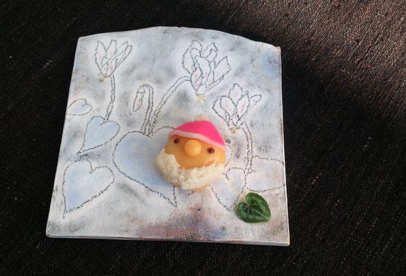 ~  シクラメン と サンタ☆  ~ 自作の和菓子を  自作の板皿で ♪  (2016.12.19) (c) Yukie Arai