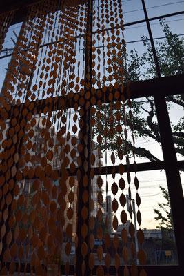 ~ 木の葉パーティション ~ 8月も半ば。ヒグラシ鳴く夕暮れ・・・リフレッシュのコーヒータイム  ♪  (2016.8.13) (c) Yukie Arai