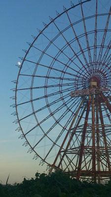 「イーゴス108」 ~その2~ 気がつくと、ゴンドラが全て外されてました。台風が去った今宵は お月さまを運ぶようです…☆ (2013.9.16) (c) Yukie Arai