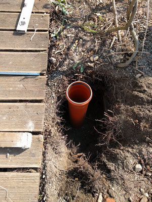 Einbringen der Hülsenfundamente für Stützbalken