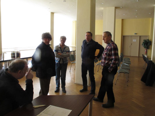 Mitglieder im Pausengespräch mit dem Vorsitzenden