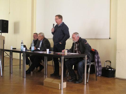 Der Vorsitzende eröffnet die Versammlung (v. l. n. r.: Hans-Jürgen Kirchübel, Wilfried Ulbrich, Rainer Leonhardt, Wolfgang Meister