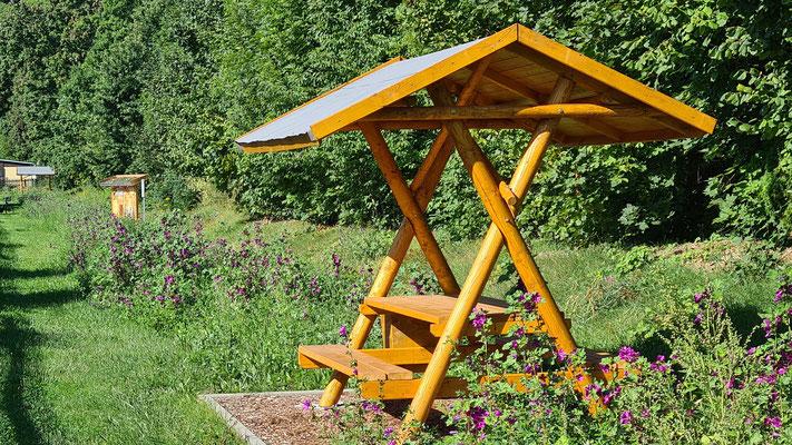 Bienenweide mit Sitzgruppe und Insektenhotel
