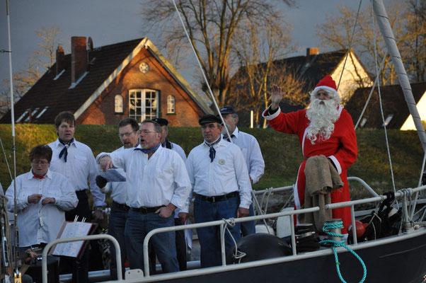 Weihnachtsmarkt Oberndorf - der Weihnachtsmann kommt von See, begleitet von Shantychor