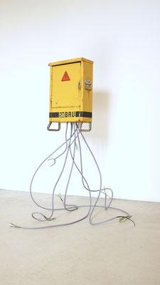 Treuhand Gelb, Öl/Acryl auf Leinwand und Holz, Aluminium und Kabel, 80 x 60 x 60 cm, 2019