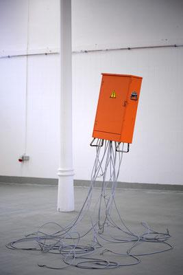 Treuhand, Öl/Acryl auf Leinwand, Stahl, Kabel, 2,5 x 2,5 x 2,5 Meter, 2014
