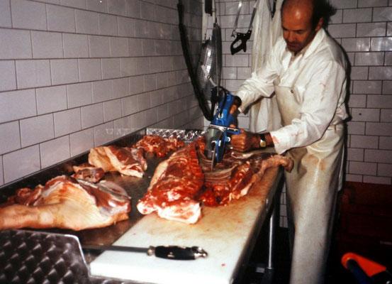 Fleischermeister Rudi Foidl beim Zerlegen