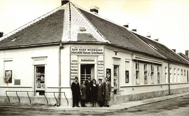 Die Belegschaft der Firma Rottensteiner vor dem Eingang 1958