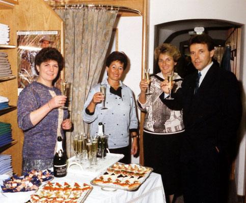 Familie Steinberger mit Frau Fürtinger und Frau Dietrich bei der Boutique-Eröffnung 1987