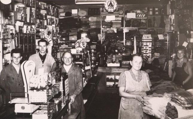Ignaz und Theresia Rottensteiner (mitte) mit 2 Geschäftsgehilfen und Getraud Rottensteiner (rechts) 1963