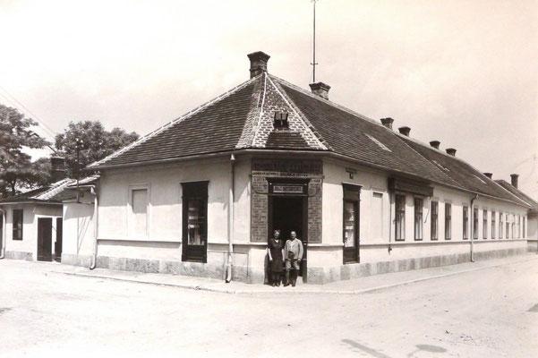 Theresia und Ignaz Rottensteiner vor ihrem Geschäft 1936