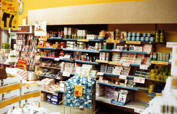 Geschäftseinblick Kosmetikregal 1982