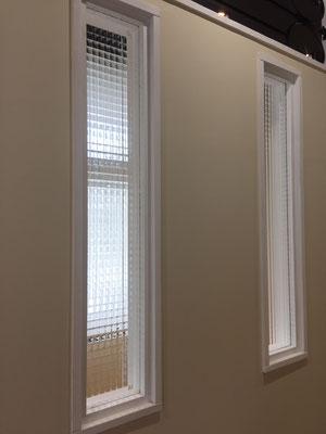 チェッカー柄の明り取り窓も造作
