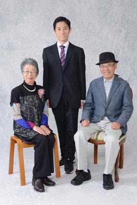 入学式に出席してくれた祖父母との記念の一枚です。笑顔いっぱいの素敵な表情で、とても良いメモリアルです。
