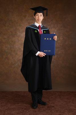 兄につづけと東大チャレンジ、偶然にも同じ瞬間に卒業。二人揃って卒業写真をとれる幸せ。 大学院の卒業時写真をここにまたとりにくることが次の目標です。