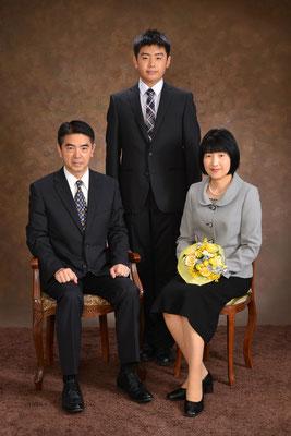 久しぶりの写真館での家族写真撮影。和やかな雰囲気の中で楽しい時を過ごすことができました。 普段はみられない、家族それぞれのよそいきの顔の写真がなんだか面白かったです。