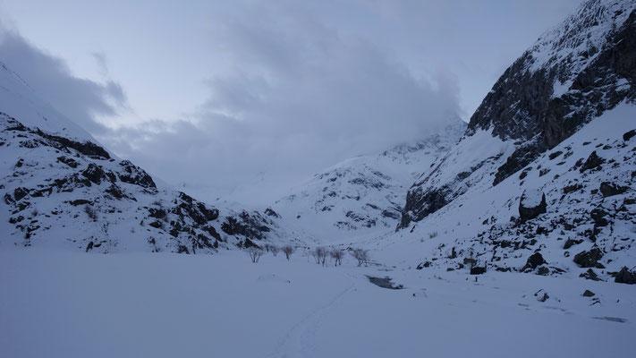 Remontée au refuge le 26 mars...après quelques jours de mauvais temps...un petit air de vallées reculées d''Himaya !