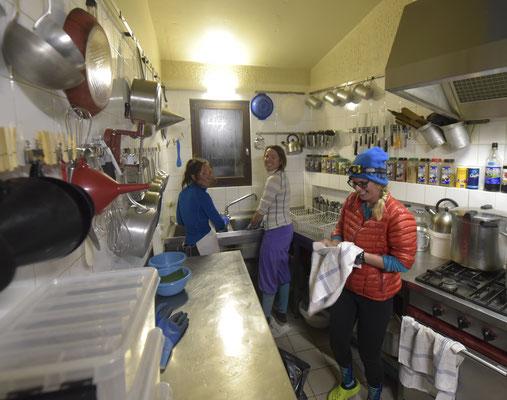 Equipe de choc à la vaisselle : au lavage Noëmie d'Adèle, au rinçage Mélanie de l'Olan et à l'essuyage Cloé du refuge de Leschaux !...On devrait pouvoir y arriver !