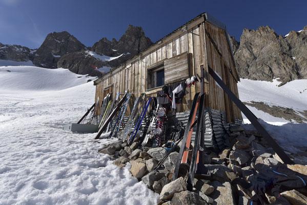 ...pendant que les skis se dorent la pilule au soleil !