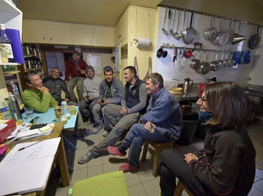 Jean-Benoit, Eric, Alexis, Quentin, Romain, William, Régis et Nadège...apéro mérité après une journée qui décoiffe en pleine tempête !!