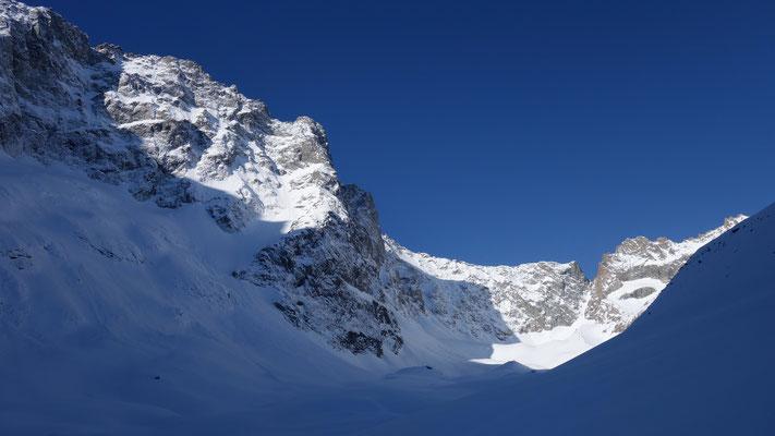 Sur le glacier de la Plate des Agneaux , au fond la brèche de la Charrière.
