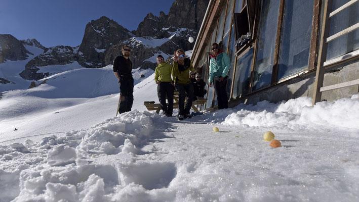 Boules de neige colorées au curry et cochonnet coloré au paprika...partie serrée entre l'équipe des Tigres Blancs du Bengale et celle des Samoussas !