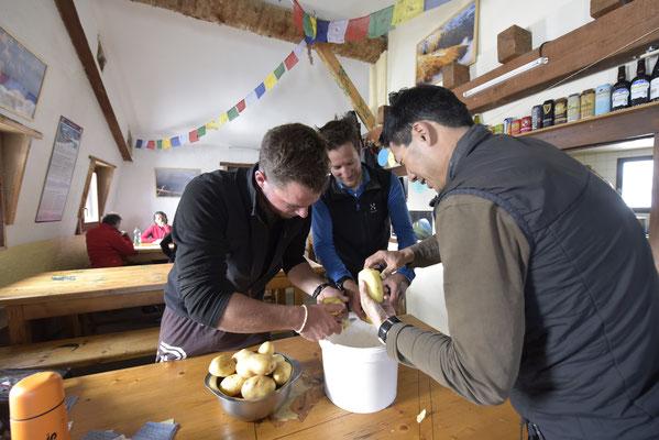 Le PGHM des Vosges au secours des gardiens : mission éplucher quelques kilos de légumes ! Un grand merci, !
