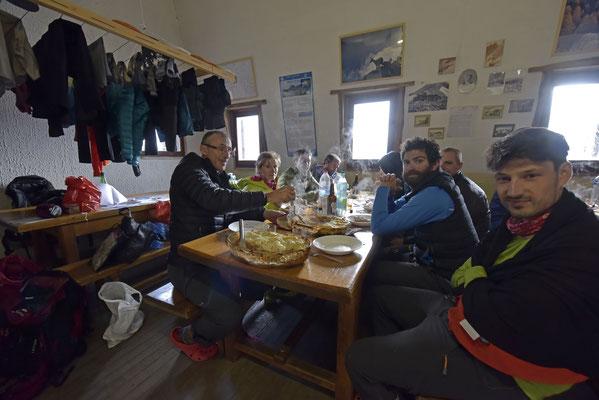 Petit retour de l'hiver...c'est le groupe FFME d'Ille-et-Vilaine qui se souviendra de sa montée au refuge !