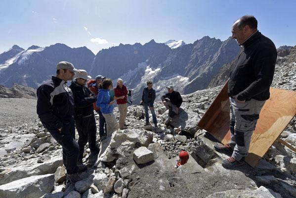 La pompe bélier installée en contre-bas du glacier sous les yeux des différents prestataires du chantier et des agents du parc national des Ecrins.