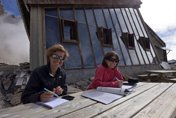"""Entretien en plein air avec Mélanie et Béatrice qui cogèrent le programme """"refuges sentinelles"""" initié par le parc des Ecrins."""