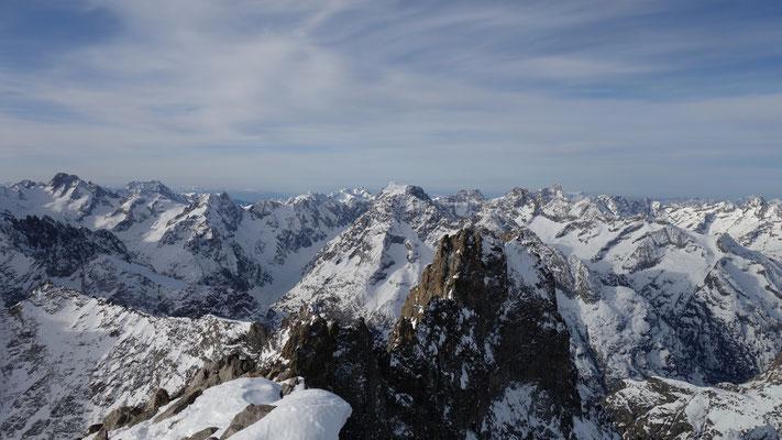 Au loin les Bans, le Sirac et les Rouies, etc depuis le sommet de la Grande Ruine.