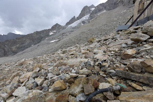 La pompe bélier est installée sous le glacier...l'eau coule au refuge !!