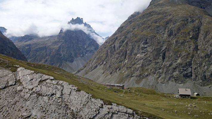 Les voisins du refuge de la Chamoissière et du refuge de l'Alpe de Villar d'Arêne...en arrière plan la montée à Adèle dans les nuages et la face Nord de Roche Méane.
