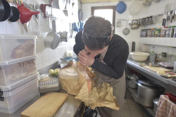Pas toujours facile de couper un petit bout de fromage dans une grande meule !