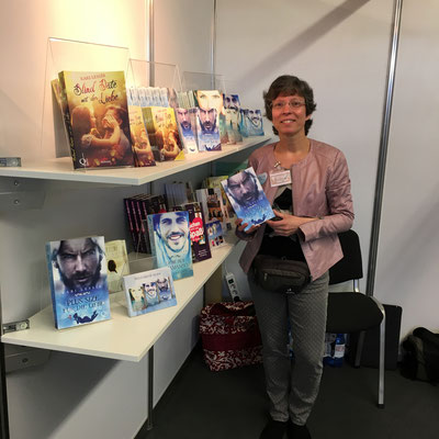 Kari Lessír am Stand der Buchmesse Hofheim