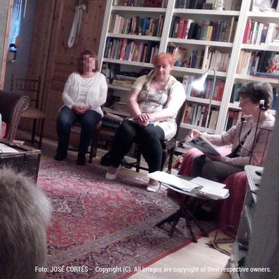 Eine Zuhörerin, Gabrielle C. J. Couillez und Kari Lessír während der Lesung im Blauen Haus. Foto: José Cortés